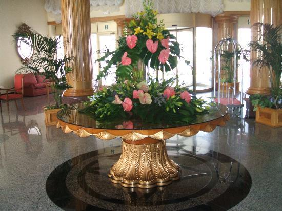 Flower arrangement in foyer picture of hotel riu palace for Foyer flower arrangement