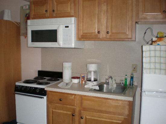 Ocean Holiday Motor Inn: Kitchen in ocean front 2 room efficiency