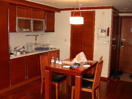 M Chereville Serviced Apartment : Kitchen Area
