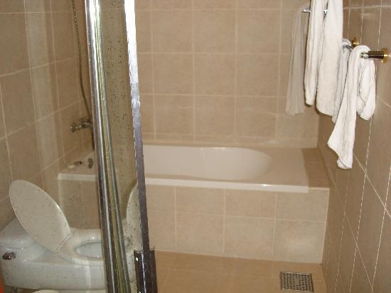 M Chereville Serviced Apartment : Bathroom