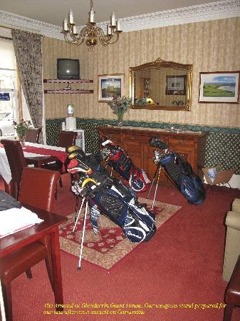 Glenderran Guest House: Golf Clubs at the ready