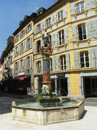 Neuchâtel, İsviçre: Fountain in old town