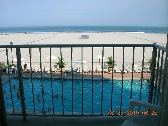 Reges Oceanfront Resort: View from our balcony during the day