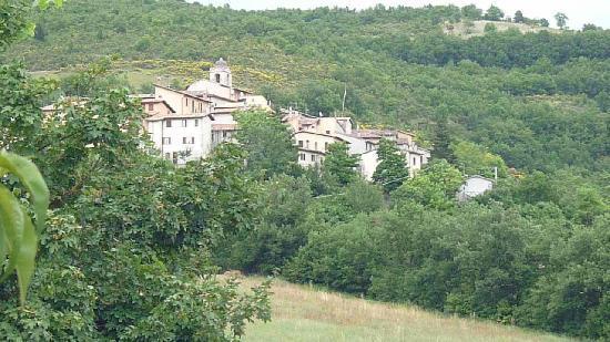 Preci, Italie : veduta dalla camera del paesello vicino