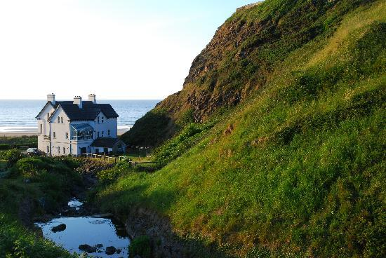 Downhill Beachhouse: Going up to Mussenden Temple, a view of the Downhill Hostel