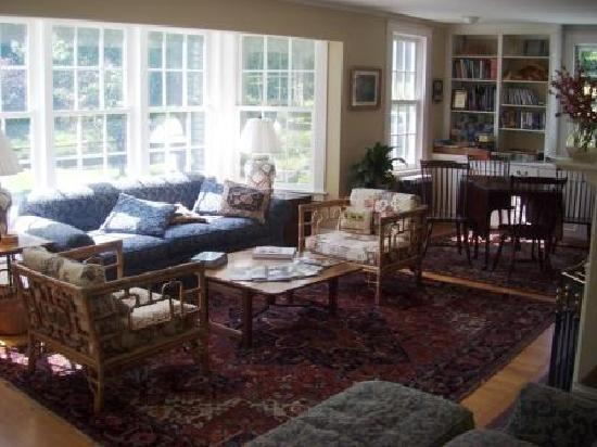 Trumbull House Bed and Breakfast: Living Room