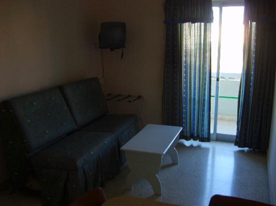 Mavina Hotel & Apartments: Kitchen and dining room