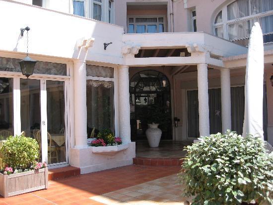 Hotel Bristol: The entrance
