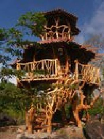 Little Morgan's: lookout tower to watch sunset over volcanoes