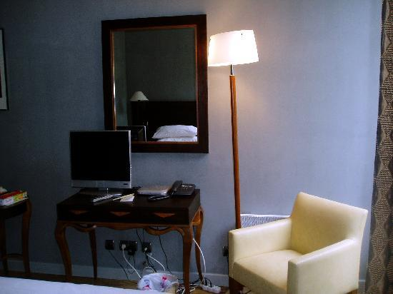 Le Gourmandin : The chair and flat-screen TV