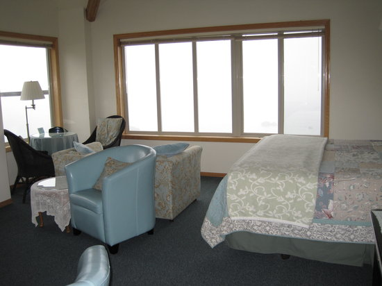 Turtle Rocks Inn: Comfy bed and big windows facing ocean