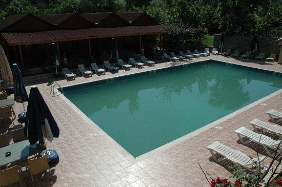 Hotel Barcelona Yusufeli: A green pool - do not swim