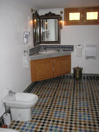Riad Layali Fes: one of the suite bathrooms