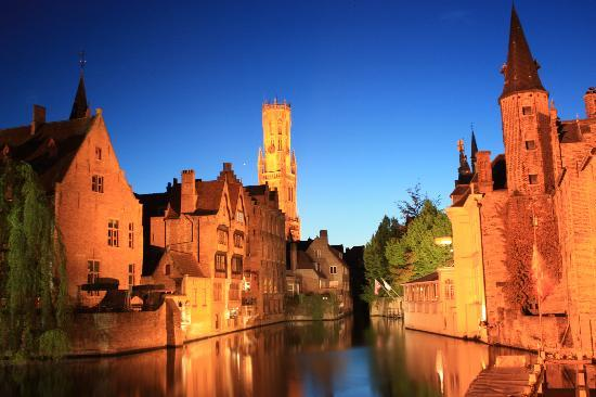 Hotel Van Eyck: Canals at night