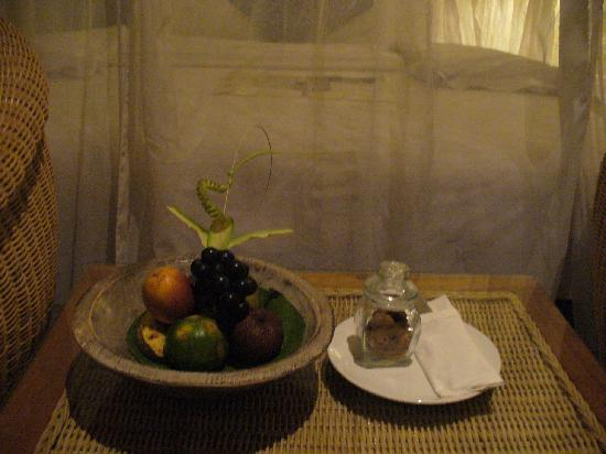 Alam KulKul Boutique Resort: Complimentary fruits and cookies