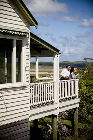 Aire Valley Restaurant and Guest House: Drinks on the verandah overlooking the Aire River Wildlife Reserve