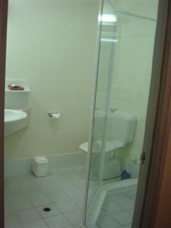The Horatio - Suites & Motel : Bathroom... you can see the door of the awful shower....