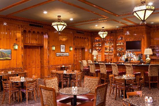 The Hotel Roanoke & Conference Center, Curio Collection by Hilton: The Pine Room Pub Bar and Lounge
