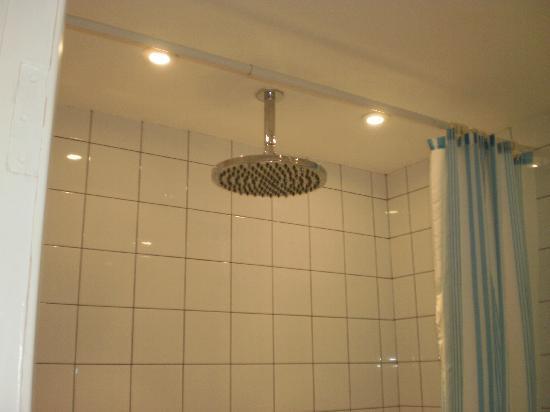 Superieur Ambassador Hotel: Huge Shower Head