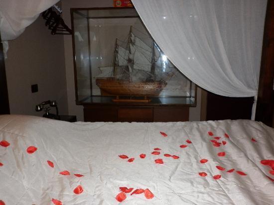 le lit avec les p tales de rose photo de bubble lounge hotel hooglede tripadvisor. Black Bedroom Furniture Sets. Home Design Ideas