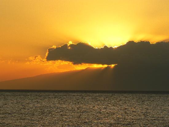Playa San Juan, İspanya: coucher de soleil sur l'île de Goméra