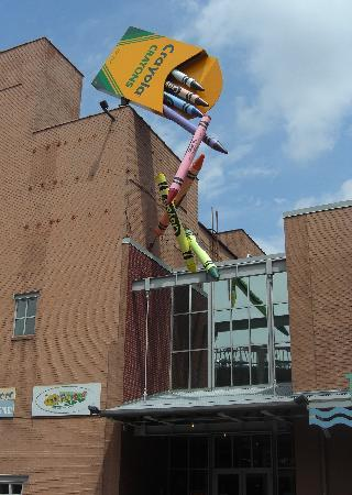 Easton, Pensilvania: The back entrance to the Crayola Factory.