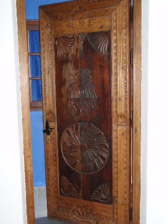 Beautiful wood door picture of hotel enfrente arte for Beautiful wooden doors picture collection