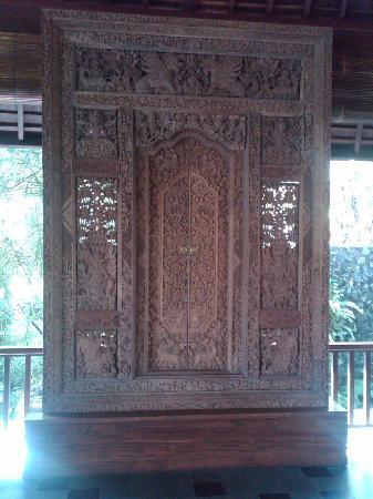 Komaneka at Bisma: Ornate doors as art in reception