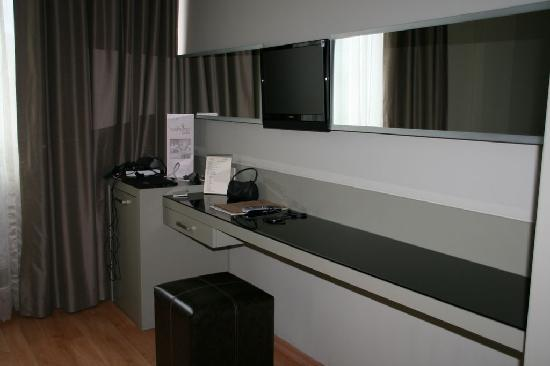 bureau et mini bar picture of hotellino istanbul istanbul tripadvisor. Black Bedroom Furniture Sets. Home Design Ideas
