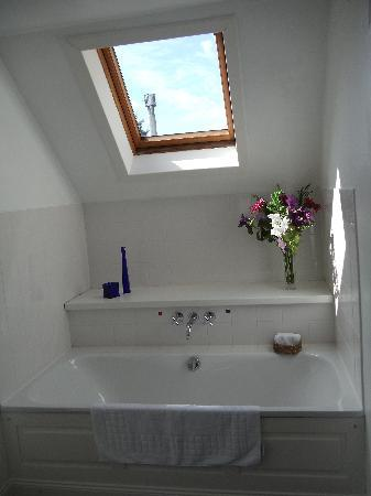 Airlie House Bed and Breakfast: Superb ensuite with bath