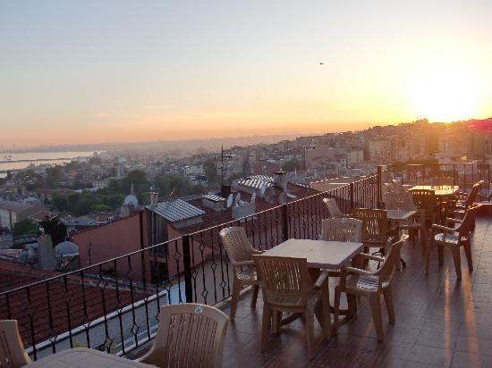 Ferman Sultan Hotel: View of the Sultanahmet district from the rooftop