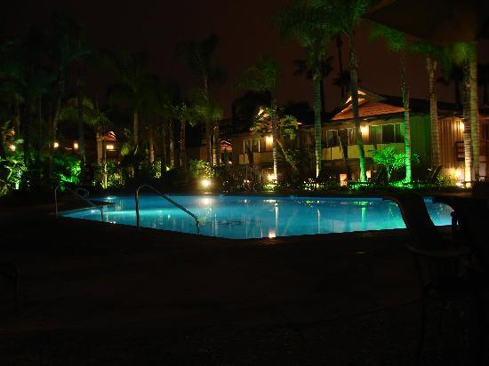 Humphreys Half Moon Inn: pool area at night