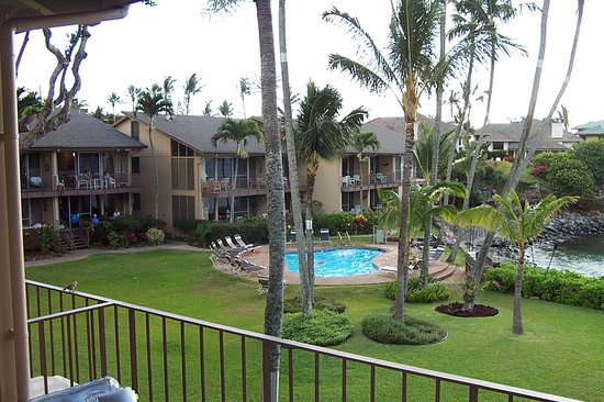Honokeana Cove Condominiums : The grouds and pool in 2002, same in 2010