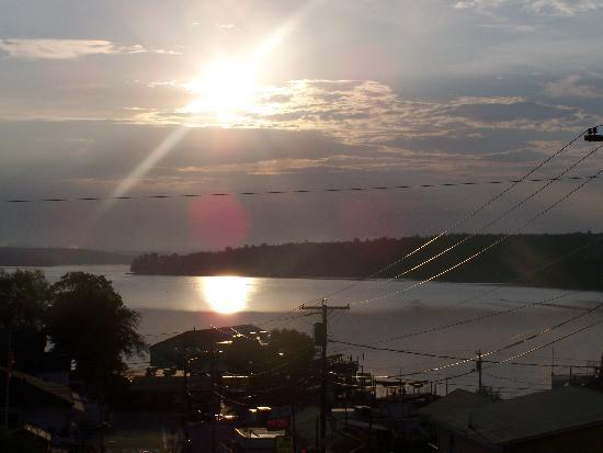 The Cozy Inn & Cottages and Lakeview House & Cottages : sunrise view from cottage