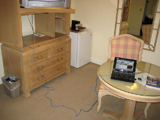 Best Western Cabrillo Garden Inn: Internet connected - counter does pull out above drawers if you want to guck the TV to use it