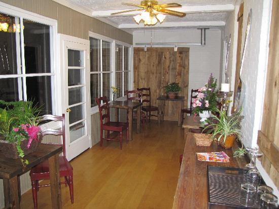 Iron Kettle B&B: Dining Area