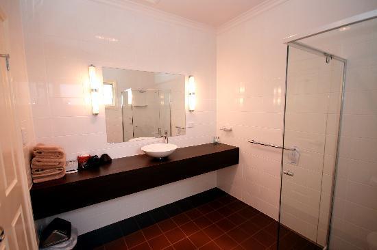 Sundowner Motel Hotel: Ensuite Bathroom