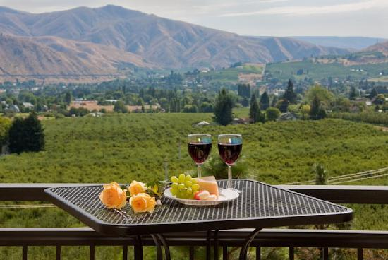 Cascade Valley Inn: Valley views of the beautiful orchards