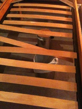 Hotel Azurea Nice: Poubelles pour soutenir le lit 2 !!!