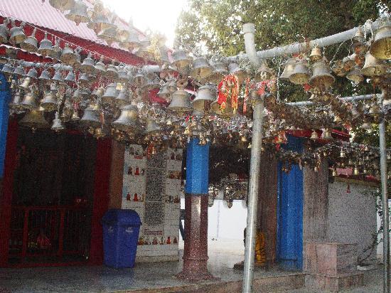 Ranikhet, Indien: Jhula Devi temple corridor