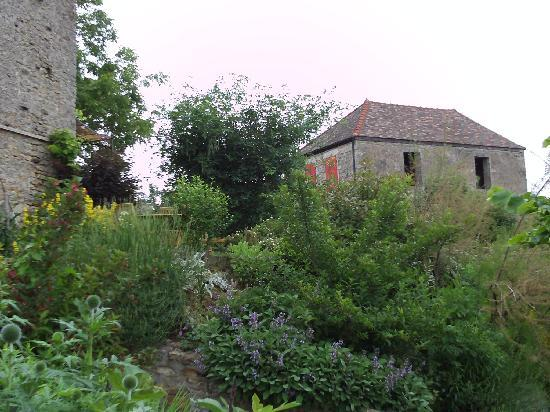 Le Clos de l'Abbaye: Looking up from yard