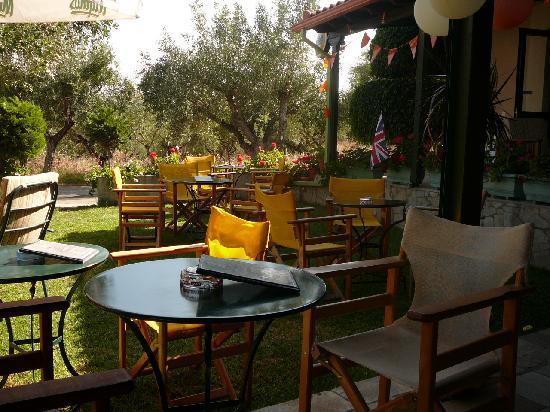 Mary's Apartments: Poseidon bar garden area