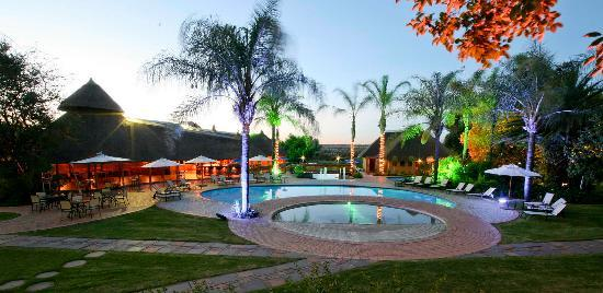 Polokwane, Sudafrica: The Ranch Resort Protea Hotel The Ranch - Swimming Pools Night