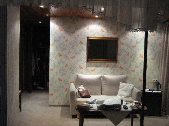 Burghotel : Seating area in bedroom no. 8