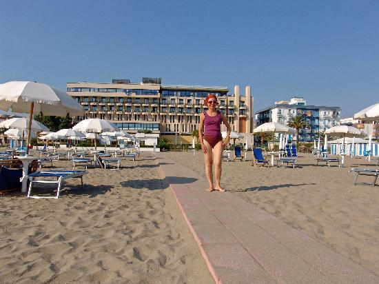 Grand Hotel Terme: vista dell'albergo dal bagnasciuga