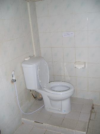 Sarinande Hotel: Basic bathroom