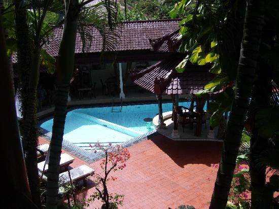 Sarinande Hotel: Pool and restaurant