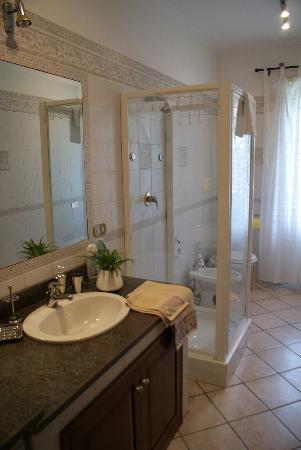 Il Tempietto Bed & Breakfast: Bagno Apollo con doccia