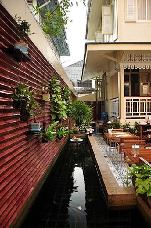 Baan Dinso Hostel: Restaurant outside