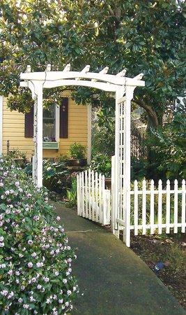 Hartman Inn: Garden Entrance to Magnolia Cottage